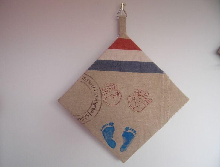 Canvas bekleed met PTT postzak. Hand- en voetafdrukken erop en stempel met textielstift. Gemaakt in het thema van het geboortekaartje.