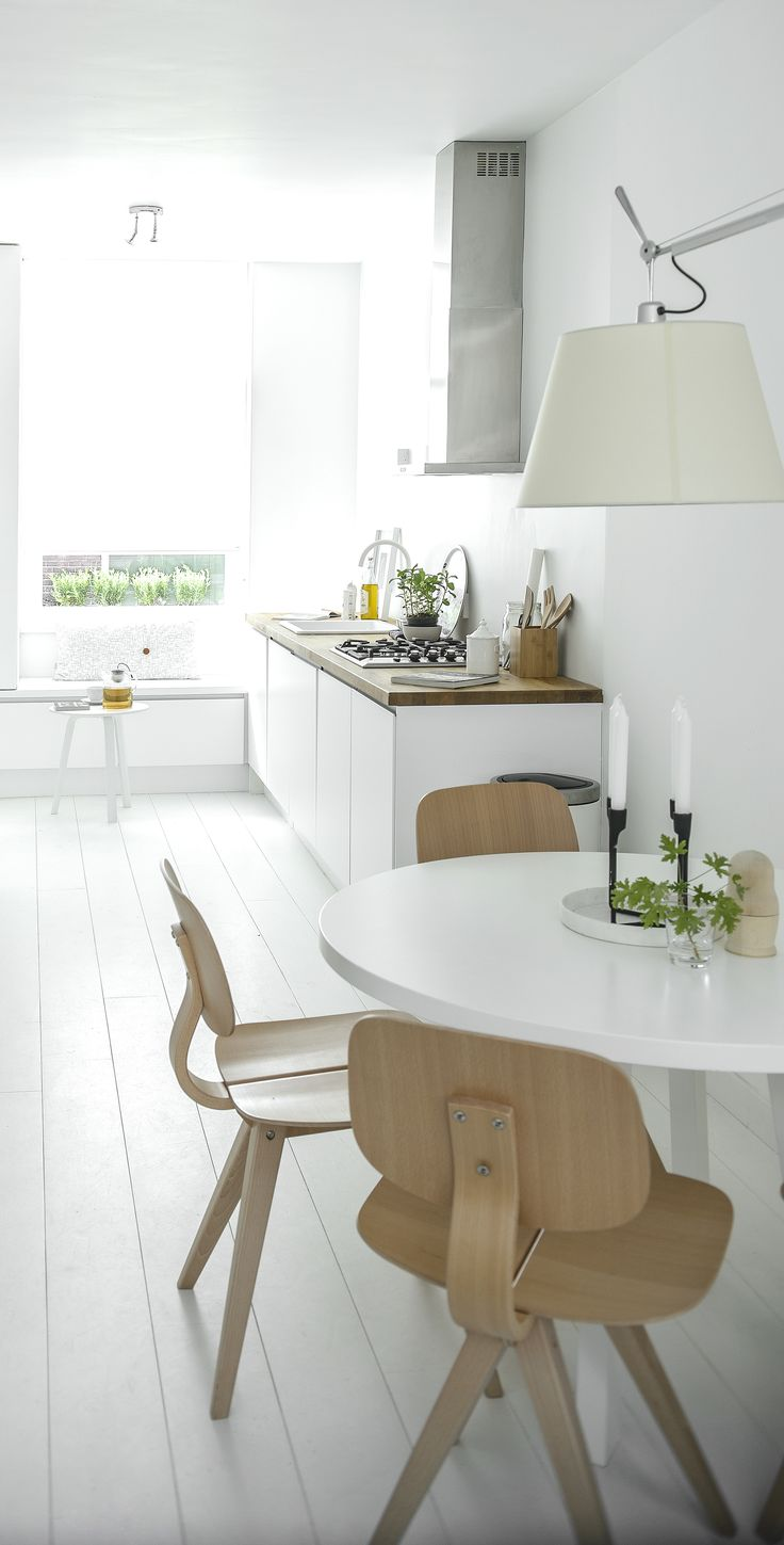 Crisp and white. Via NordicDays.nl | Nu interieur ontwerp | White Kitchen