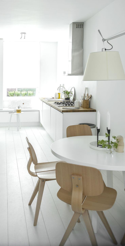 Cuisine ouverte sur coin repas. Blanc et frêne  Via NordicDays.nl / White Kitchen