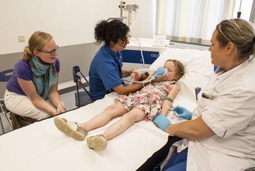 """Lachgas voor kinderen tegen pijn: Als kind met een wond of botbreuk naar de Spoedeisende Hulp (SEH)? Sommige kinderen worden al hysterisch van de gedachte. Daarom gebruikt de Spoedeisende Hulp van Máxima Medisch Centrum sinds kort lachgas. Het voorkomt bij hen onnodige pijn en angst tijdens medische ingrepen. SEH-arts Lisette Mignot: """"Het Máxima is het eerste ziekenhuis in Zuid-Nederland waar kinderen op de Spoedeisende Hulp én op de kinderafdeling lachgas kunnen krijgen."""