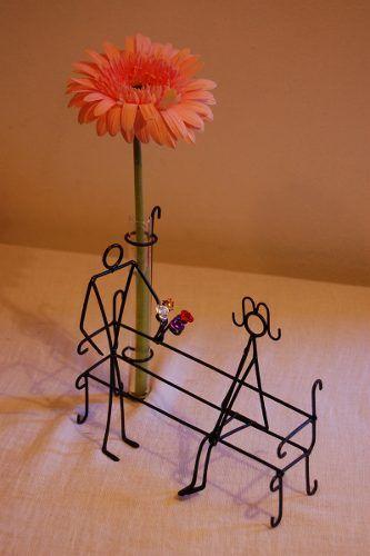 centro d mesa original de hierro forjado, artesanal, con flor de estacion. Cuesta $45 o 9 USD