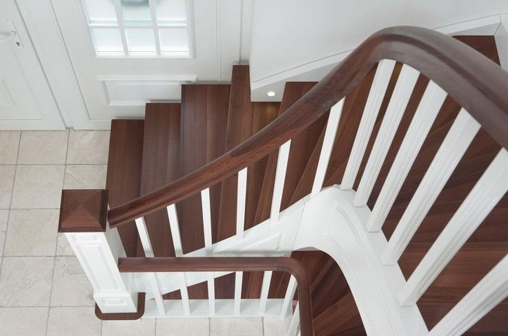 Классическая маршевая лестница на тетиве с декоративной фрезеровкой на столбах и 3-D тетиве