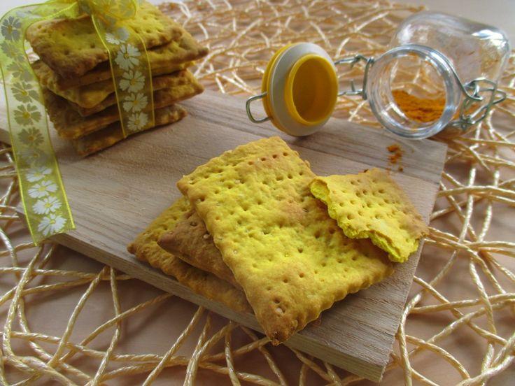 Crackers alla curcuma e semi di sesamo con esubero di pasta madre