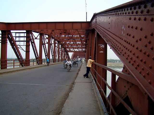 #MalviyaBridgeVaranasi, inaugurated in 1887 (originally called The Dufferin Bridge), is a double decker bridge over the #Ganges at Varanasi. It carries rail track on lower deck and road on the upper deck. It is one of the major bridges on the Ganges and carries the Grand Trunk Road across the river. #travel #tourism
