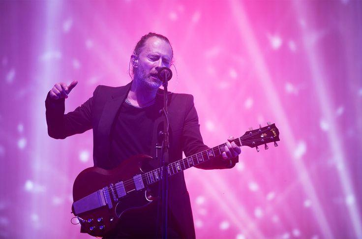 Radiohead Voltando aos palcos dos principais festivais do mundo, Thom Yorke segue arrasando com o coque e a barba grisalha. Trocou a jaqueta de couro por um blazer. Igualmente elegante e criativo.