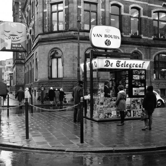 AKO-kiosk naar een ontwerp van B.J. Odink, Van Baerlestraat hoek Paulus Potterstraat in Amsterdam.