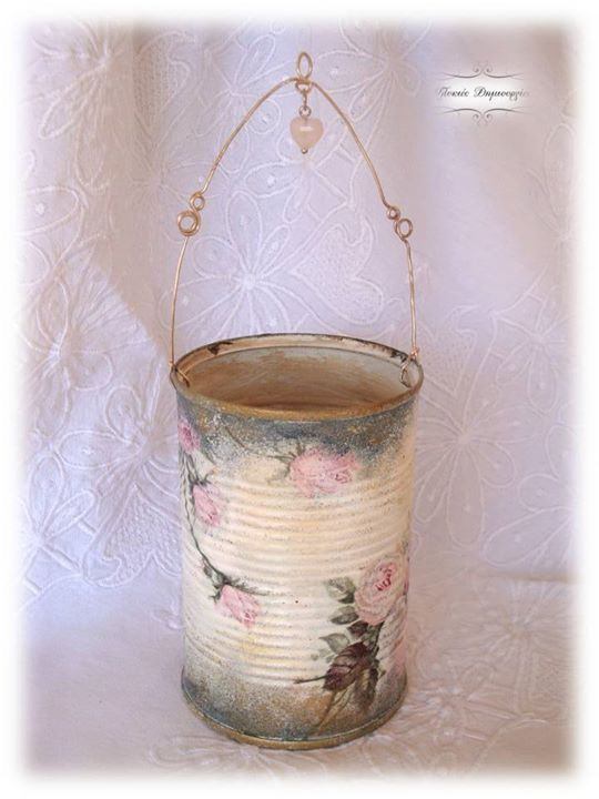 The transformation of a recyclable tin into a shabby chic decorative, by using decoupage technique and artificial aging.  Details of iron wire and a heart of quartz synthesize a special result.