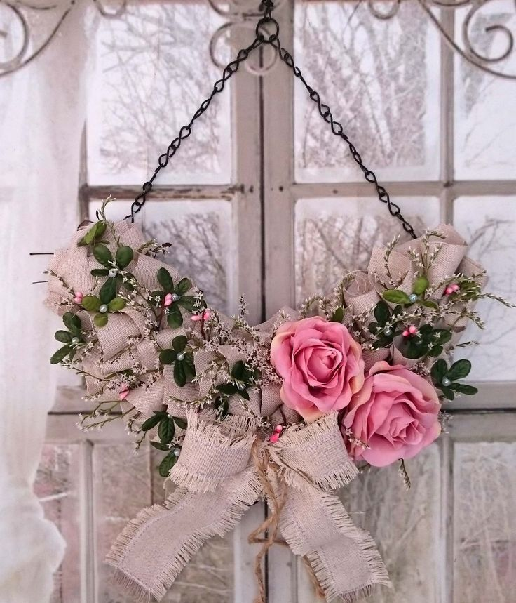 Závěs+s+růžemi+Závěs+s+růžemi+a+režnou+látkou,+mašle+začištěna+proti+dalšímu+otřepením+vyrobeno+na+pevném+základu+s+ručně+vyrobeným+řetízkem.+Šířka+závěsu+33+cm,+výška+52+cm.