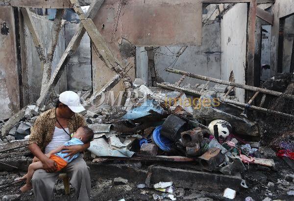 korban kebakaran di Tambora, Jakarta Barat, duduk di kawasan rumahnya yang telah hangus, Minggu (27/9/2015). Kebakaran yang menghanguskan puluhan rumah kontrakan pada Sabtu malam lalu, membuat ratusan warga mengungsi sementara.