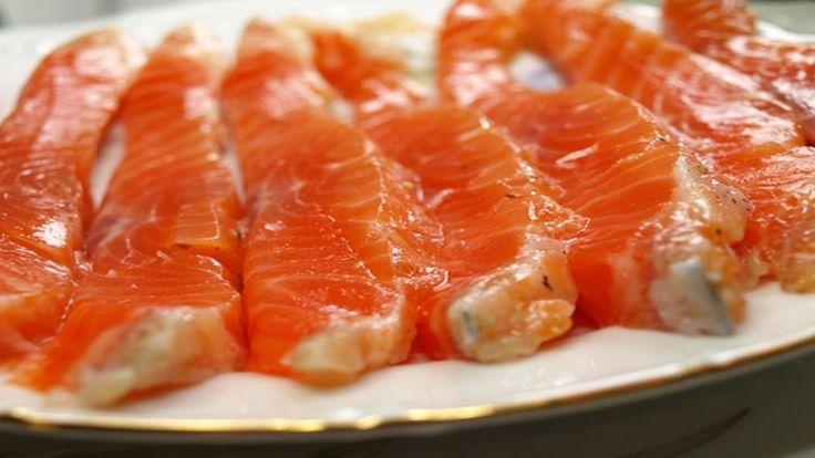 Ингредиенты: На 1 кг красной рыбы: 1 стол. ложка водки, 1 стол. ложка сахара без горки, 2 стол. ложки соли без горки, сок половины апельсина, 1 стол. ложка растительного или оливкового масла. Способ приготовления очень простой и быстрый. Смешать все компоненты и залить кра