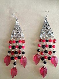 Lange oorbellen met ornamenten met strass-steentjes, rode en zwarte kraaltjes en rode bladeren.  www.curiousbeads.nl