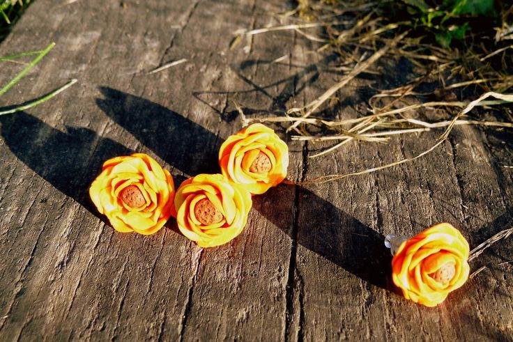 Posledné jesenné slnko. Náušnice vyrobené z polymérovej hmoty. Pripevnené na antialergénnej napichovacej puzete s priesvitným zapínanim. Veľkosť: Veľkosť kvietku 1,5 cm.