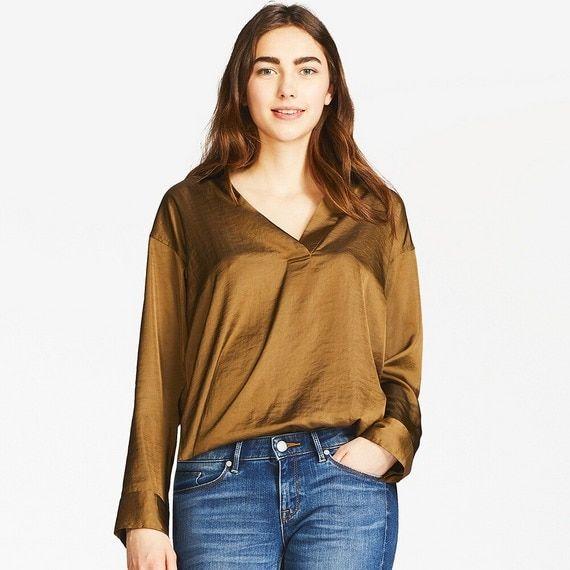 メンズで出したら4000円,5000円程度にはなるでしょう。  安いサテン素材だとどうしてもペラペラテカテカで「学園祭の衣装」みたいになっちゃいますが、  ファストファッションのメンズシャツなどはまだまだのっぺりとした地味な印象の物が多いです。が、こうした素材に表情があるシャツを選ぶと同じシャツでもオシャレっぽくなり地味な印象がなくなります。  サイズはやや大きめを選択しましょう。175cm65kgの私でXLでちょうど良いサイズ感でした。  そしてレディースだけに首元が少し開いたセクシーなデザインとなっているので インナーにはタンクトップを入れてあげましょう。 男性の深い胸元はあまりオススメできません。  元々襟のついたシャツ自体がマスキュリン(男性的)なアイテムであるし 商品画像で感じるほどレディースライクな印象はありません。 ただ色を入れるとどうしてもツヤ感が強く セクシーな印象になるので、黒や白を選んで程よい。  イタリア人が好んで着ています。 艶の強いこのシャツなら短パンに合わせても子供っぽくならず…