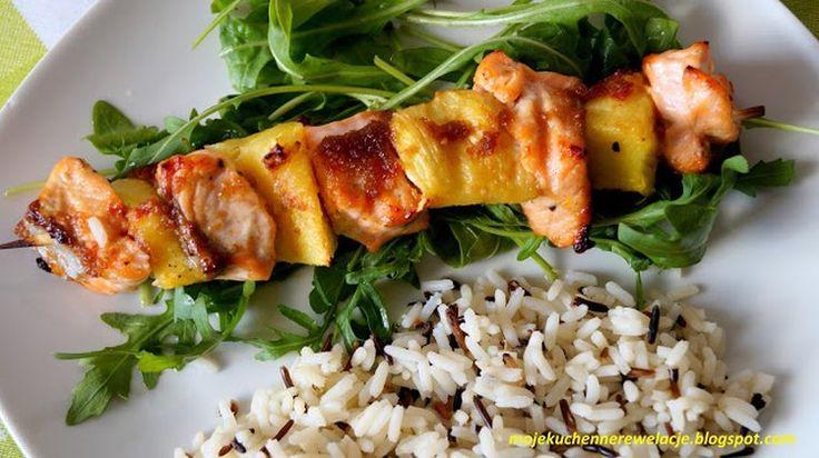 Szaszłyki z łososia i ananasa z dzikim ryżem na rukoli - 418 kcal