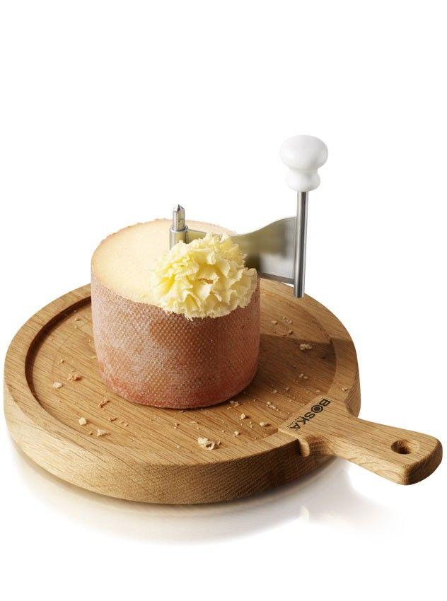 Boska Käseschaber Friends Eichenholz  Dieser Käseschaber aus der Life Kollektion besteht aus einem schönen Eichenholzkäsebrett, einem Schabemesser und einem Bolzen in der Mitte, an dem das Messer befestigt ist. Indem Sie das Messer über den Bolzen ziehen, entstehen hauchdünne Lagen gehobelter Käse. Der schöne Käseschaber ist praktisch für Tete-de-moine, P'tit Basque, Rauchkäse, Edamer Käse, aber er schabt auch einfach Schokolade. Dank seines Eichenholzbretts und den natürlichen Farben, hat…