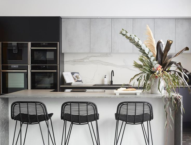 Love the colours and styling o this kitchen