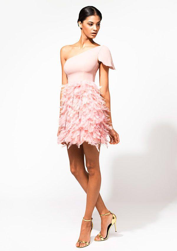 Vestido escote Diana con falda de plumas.