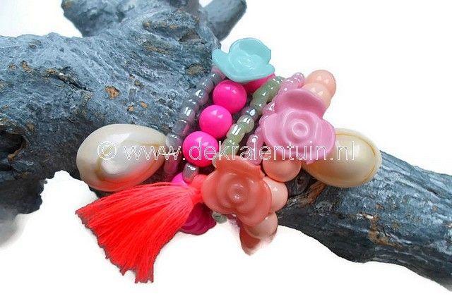 Leuke zomerse / Ibiza armbanden. De armbanden zijn geregen op elastisch draad en gemaakt van rocailles, bloemkralen, kwastjes, ronde glaskralen en schelpjes.