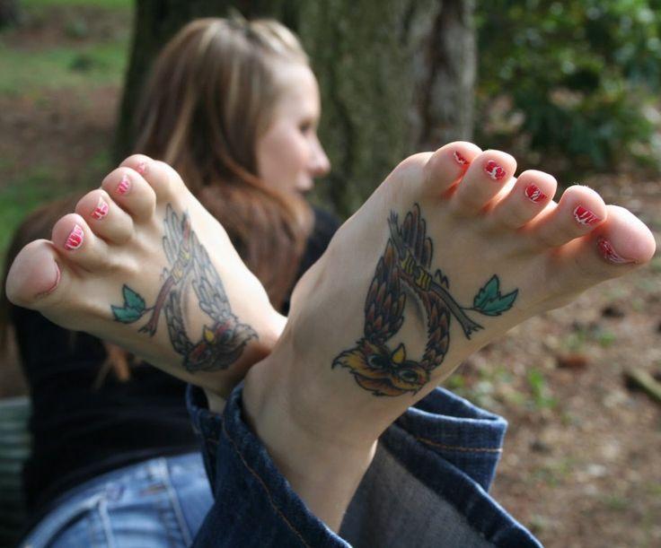 Nožky s nalakovanými nehty a tetováním na nártech