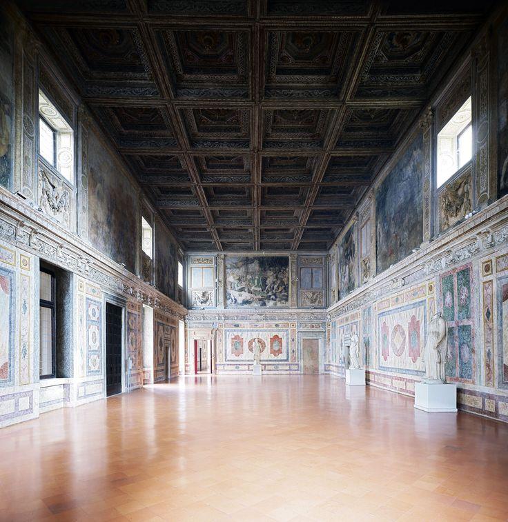 Candida Höfer, Mantova, Palazzo Ducale Sala di Manto, 2011, 180 x 169 cm © Candida Höfer