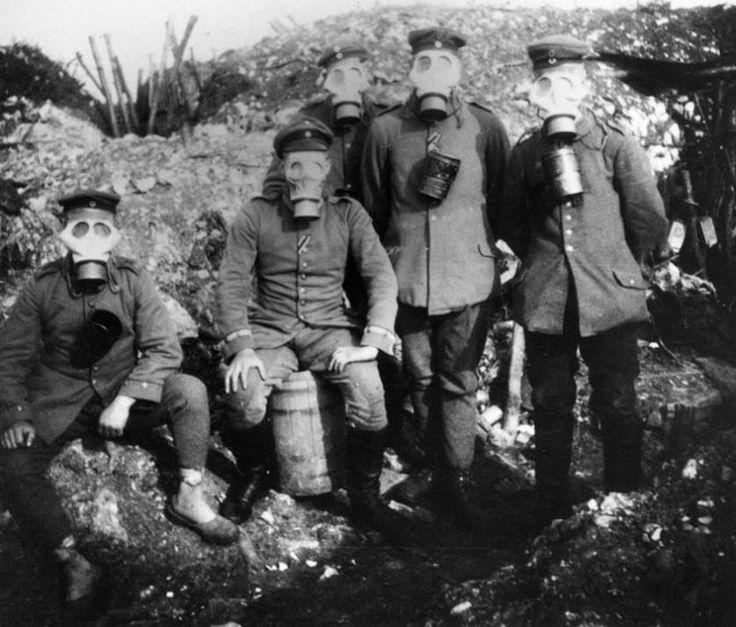 In der Schlacht von Verdun gehörten die Gasmasken zur unerlässlichen Ausrüstung. Mit Giftgas hatten die Deutschen zuerst in der Schlacht von Ypern 1915 angegriffen. Vor Verdun kam es dann auf beiden Seiten massiv zum Einsatz von Phosgen- und Diphosgen-Granaten. Phosgen ist ein farbloses, süßlich faul riechendes Gas, das zu Augen- und Hustenreiz und schließlich zu einem fast immer tödlich verlaufenden Lungenödem führt.