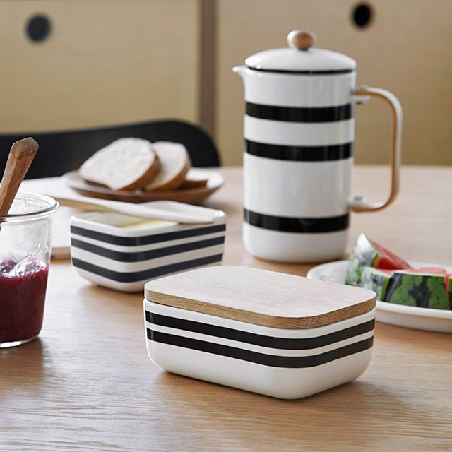 The new Omaggio butter dish puts functionality and aesthetics first. The bottom part is hand-decorated, while the elegant wooden lid adds a gentle nordic look that will go well with every home.