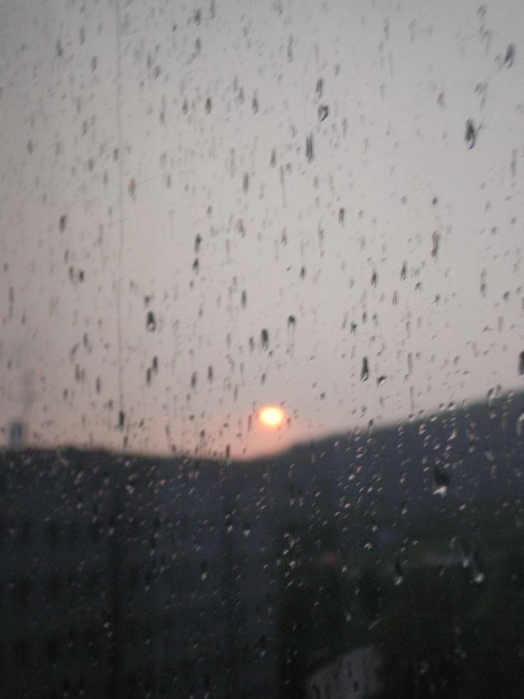Západ slunce za oknem.