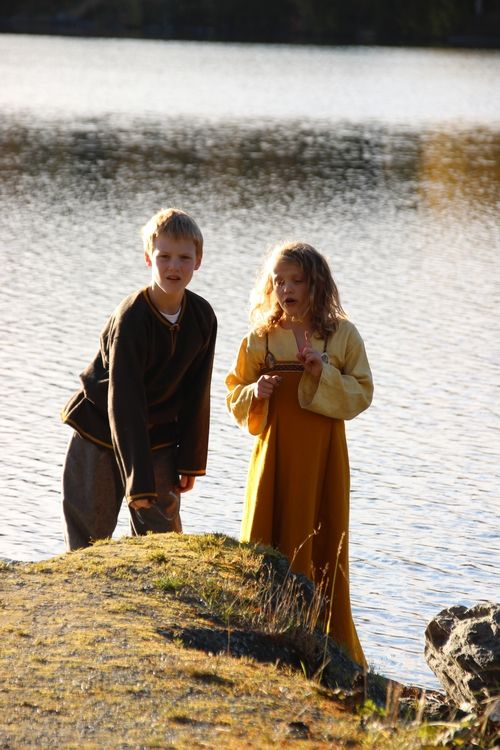 Vikingsnitt blog, in Swedish but great pictures of Viking garb for the whole family.