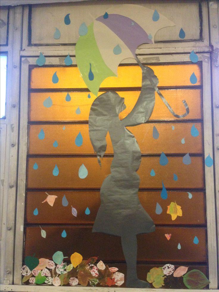 Őszi dekoráció. A gyerekek készítették az esőcseppeket,leveleket.