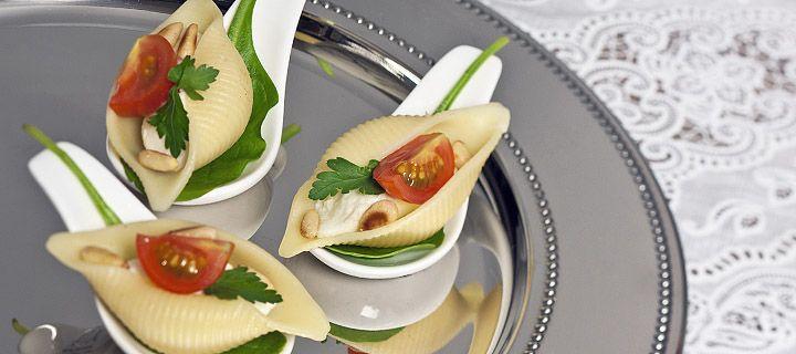 Pastaschelpen met tomaat, mozarella, pijnboompitten en basilicum