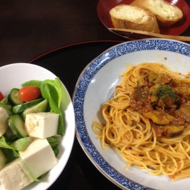 夕ご飯:ナスと豚ひき肉のポモドーロ(トスカーナ)、豆腐サラダ(サラダ菜、我が家の胡瓜、トマト、胡麻ドレッシング)、プレスコーヒー。