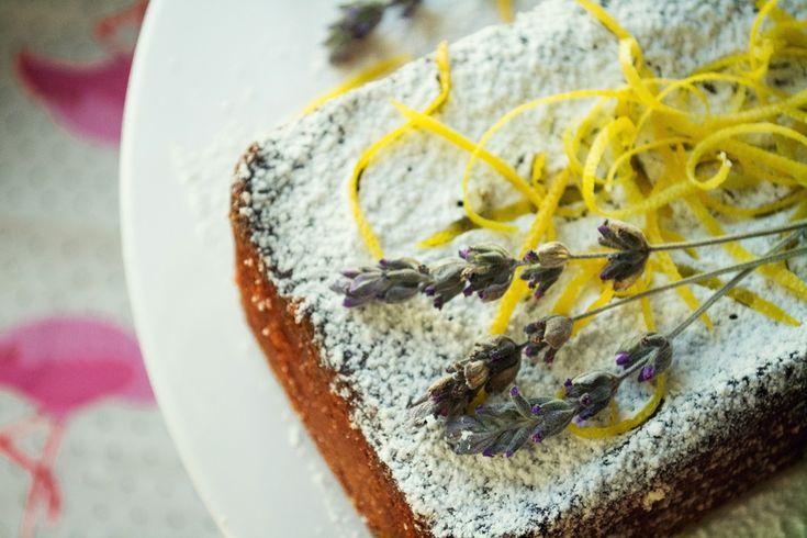 Κέικ με Λεμόνι, Ελαιόλαδο και Λεβάντα γιατί δεν υπάρχει τίποτα πιο ωραίο στο πρωινό της Δευτέρας από ένα γενναιόδωρο κομμάτι κέικ!