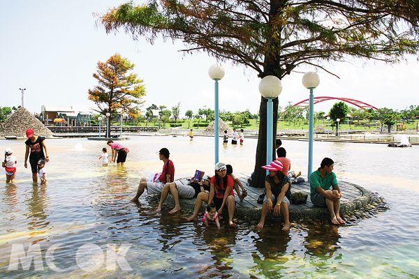 2017宜蘭國際童玩藝術節於7月1日到8月13日在冬山河親水公園登場囉!今年以「穿越時空歷險記」為主題,主視覺設計以拼圖象徵童玩節四大主軸,並將拼圖意象擬人化為冒險家們,邀請大家來到童玩節勇敢探險。