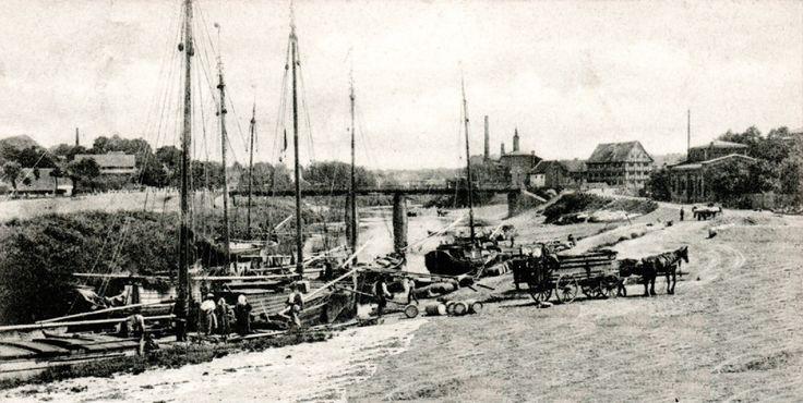 Der Insterburger Hafen befand sich im Nordwesten der Stadt in der Nähe der Angerapp-Brücke. 1926 wurde weiter südlich ein neues Hafenbecken eingeweiht, das von den Flussschiffen über einen Seitenkanal, der weiter westlich bei Gaitzuhnen vom Pregel abzweigte, erreicht werden. Ansichtskarte ca 1910