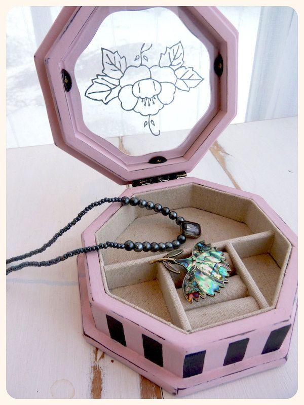 Boîte à bijoux vintage revampée, bois peint à la main, rose et noir, burlesque
