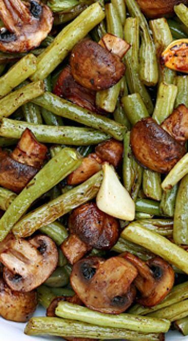 Balsamic Garlic Roasted Green Beans & Mushrooms ingredientes 1 libra de judías verdes frescas, cortados por la mitad 8 onzas de setas, se limpian y reducen a la mitad 8-10 dientes de ajo enteros, cortados por la mitad 2 cdas de aceite de oliva1 cda de vinagre balsámico Sal y pimienta para probar