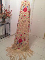 Mantón de Manila antiguo en seda bordado a mano en color yema suave del s. XIX