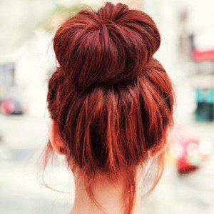 Cheveux roux.