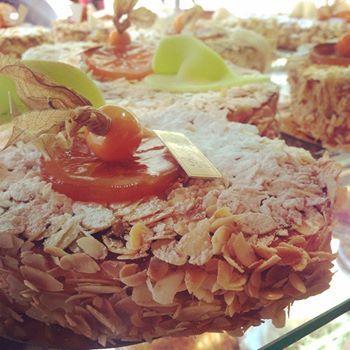 Marseille a inventé un gâteau délicieux aux amandes, melon et orange confits, que l'on mange à la Pentecôte. Dans les années 1900, les membres du syndicat des pâtissiers de Marseille décidèrent de se réunir pour passer du bon temps ensemble pendant les vacances de Pentecôte dans un cabanon près de la mer sur la Corniche. …