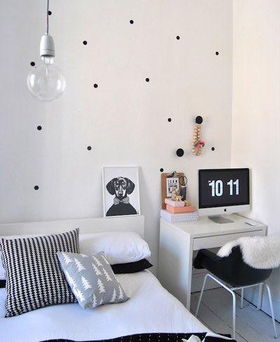 Dormitorio con pared de puntos negros