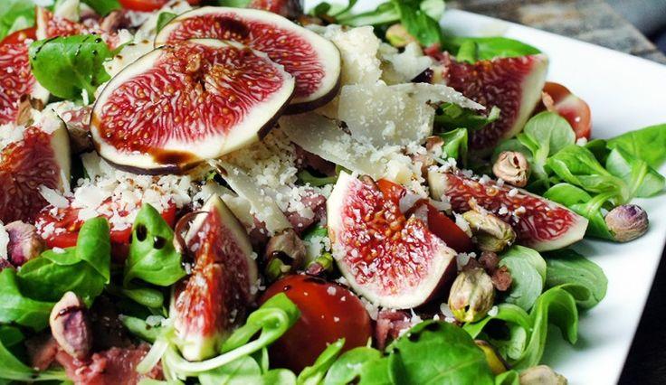 Prachtig en zomers: Salade met vijg, rosbief, pistache, tomaat, Parmezaanse kaas, veldsla en balsamico