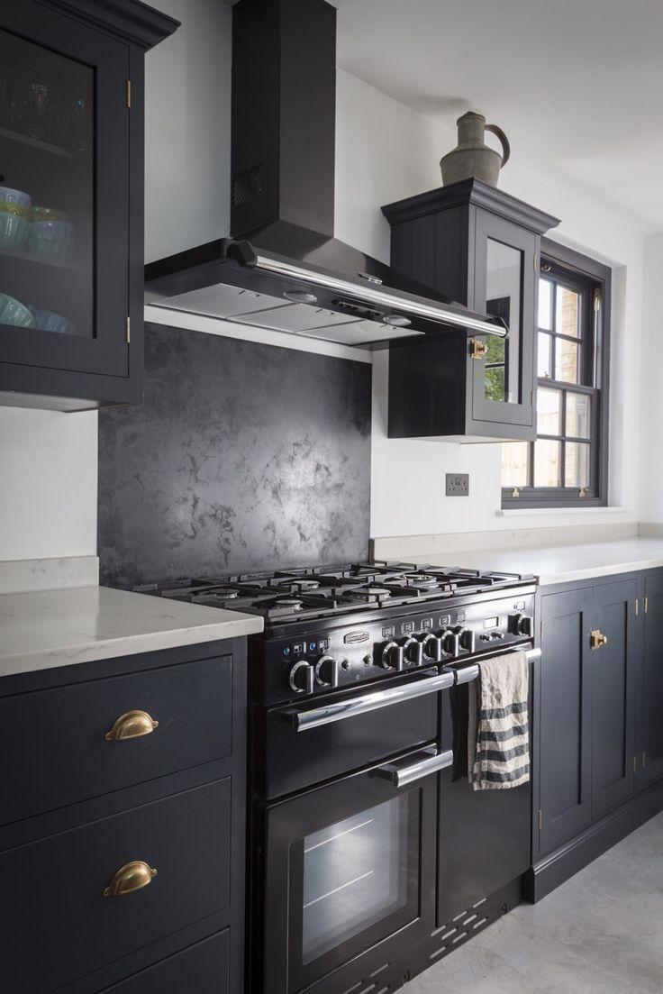kuchnia | czarna stolarka okienna + granatowe szafki kuchenne + złota bateria kuchenna + złote uchwyty i okucia