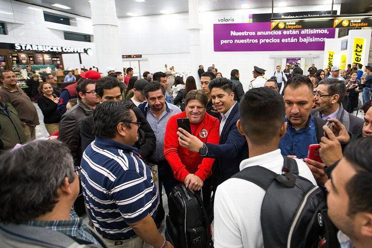 CHIVAS SE BURLA DE 'POPULARIDAD' DE XOLOS A su llegada al Aeropuerto de Guadalajara, la cuenta de Twitter del Rebaño le mandó un mensaje a la de Tijuana por no encontrar a ningún 'XoloHermano'.