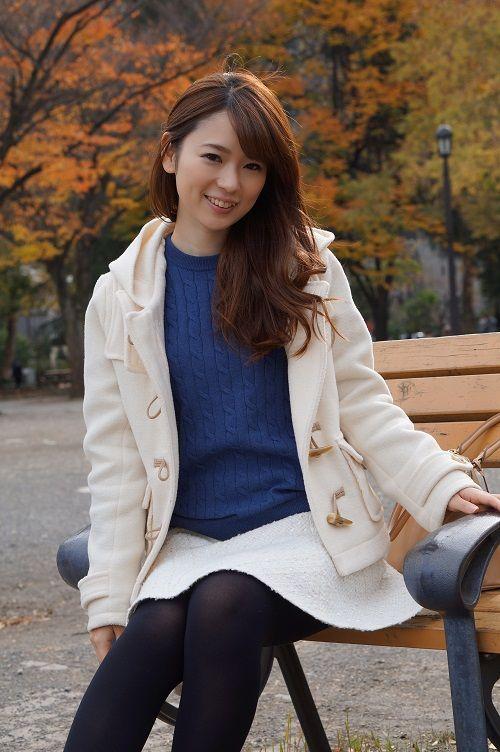 トップス:MEN コットンカシミヤケーブルクルーネックセーター(長袖)/UNIQLO、メンズSサイズ スカート:JUSGLITTY(ジャスグリッティー)、0サイズ  メンズのニットをあえてレディに着るのがお気に入り。コートとスカートをホワイトで統一し、ニットのブルーを差し色にしました。 オールホワイトだと甘くなりすぎてしまいますが、ブルーのケーブルニットで少しカジュアルな雰囲気が足されるような気がします。