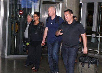Grávida, atriz Halle Berry chega ao Brasil
