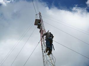 Sieben Messmasten in Kolumbien für Wind- und Solarenergiemesskampagne. Das Projekt umfasst insgesamt sieben Messmasten: einen 30-meter Messmast für Wind- und Solarmessung und sechs 10-meter Messmasten für Solarmessung. Datenlogger überprüft und visualisiert alle Messdaten. Es wird Temperatur oder Windgeschwindigkeit überwacht.
