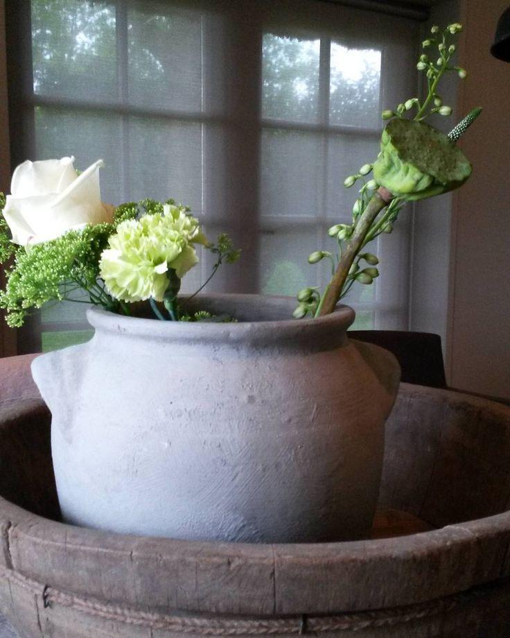 Bloemen ik kan er enorm van genieten. Zowel binnen als buiten. Een paar verschillende in de pot gedaan echt lente zo:) Fijne woensdag #home#woonkamer#bloemen #lente#lentegroen#oudebewerktepot by estherdiepman