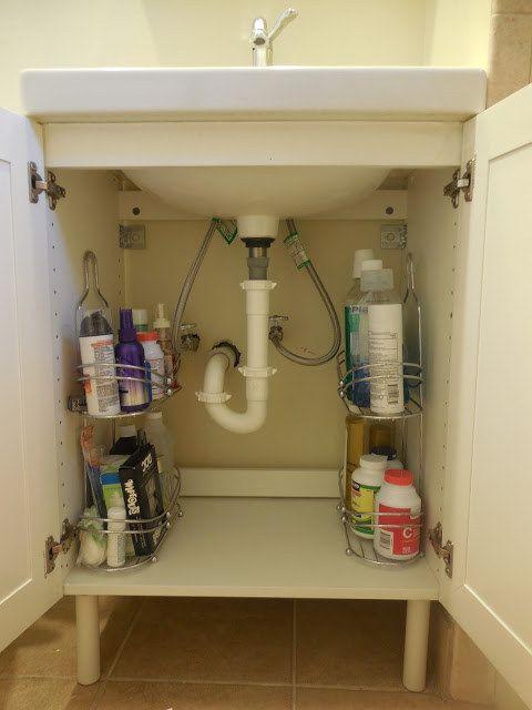 Mueva los caddies de la ducha debajo del fregadero para su almacenamiento que realmente quedará desdesordenado. | 31 Trucos baratos para hacer de tu baño la mejor habitación de la casa