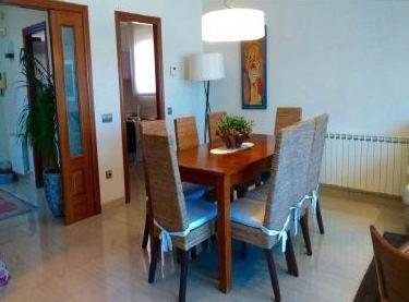 Красивый дом в Sant Andreu de Llavaneres.. Общая площадь дома – 340 кв.м. Дом состоит из трех этажей и гаража. 4 спальни и 4 ванные комнаты. На главном этаже расположен большой салон, площадью 40 кв.м., с выходом на террасу, американская кухня, туалет. На втором этаже расположены