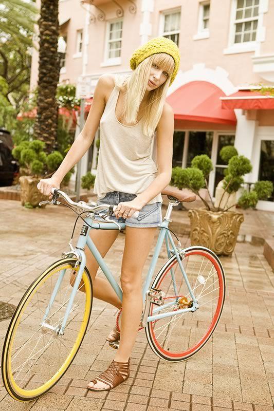 Bike nas cores do verão - mas quem disse que existe estação ideal para pedalar?…